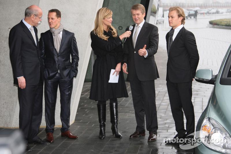 Michael Schumacher et le Dr Dieter Zetsch, tetis que Nico Rosberg observe la scène
