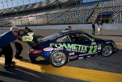 Des membres du Alex Job racing poussent leur voiture vers leur garage