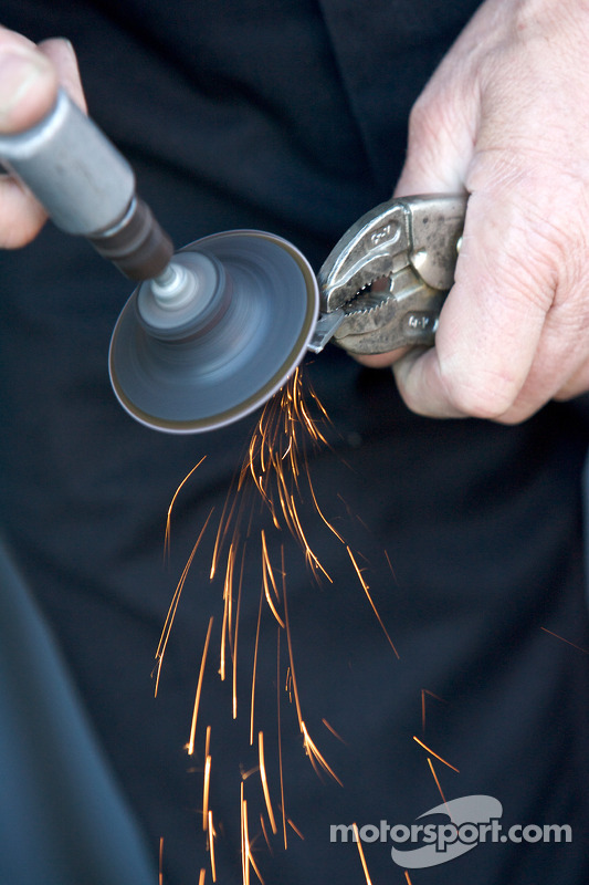 Des membres du GAINSCO/ Bob Stallings Racing réparent le châssis de la #99 Chevrolet Riley, gravement endommagé durant les essais libres