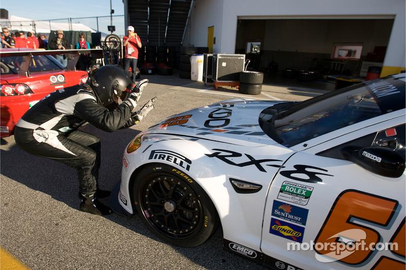 Sylvain Tremblay célèbre la pole position GT de son pilote, Jeff Segal