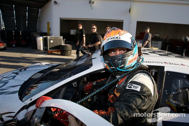 Jeff Segal célèbre sa pole position GT