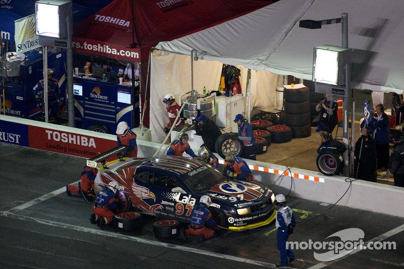 Arrêt aux stands pour #97 Stevenson Motorsports Camaro GT.R: Matt Bell, Mike Borkowski, Brady Refenning, Gunter Schaldach