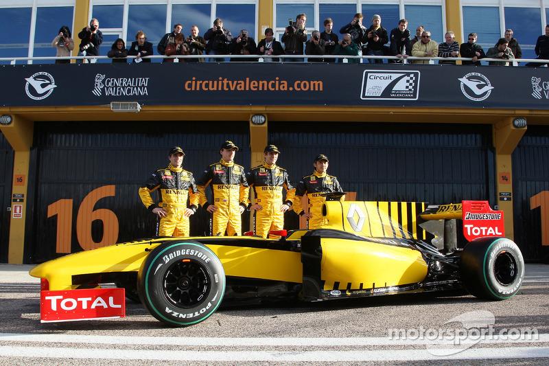 Jerome D'Ambrosio, Test Driver, Renault F1 Team, Robert Kubica, Renault F1 Team, Vitaly Petrov, Renault F1 Team, Ho-Pin Tung, Test Driver, Renault F1 Team avec la nouvelle R30
