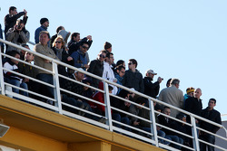 Les fans regardent la course