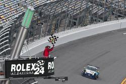 #14 Autometrics Motorsports Porsche GT3: Cory Friedman, Glen Gatlin, Daniel Graeff, Seth Thomas, Ron Yarab Jr. passeert de finishvlag