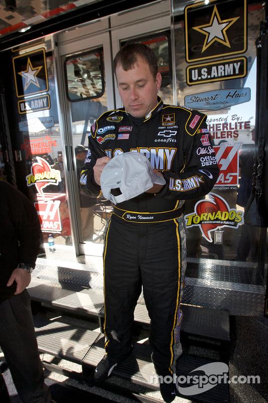 Ryan Newman, Stewart-Haas Racing Chevrolet signeert handtekeningen