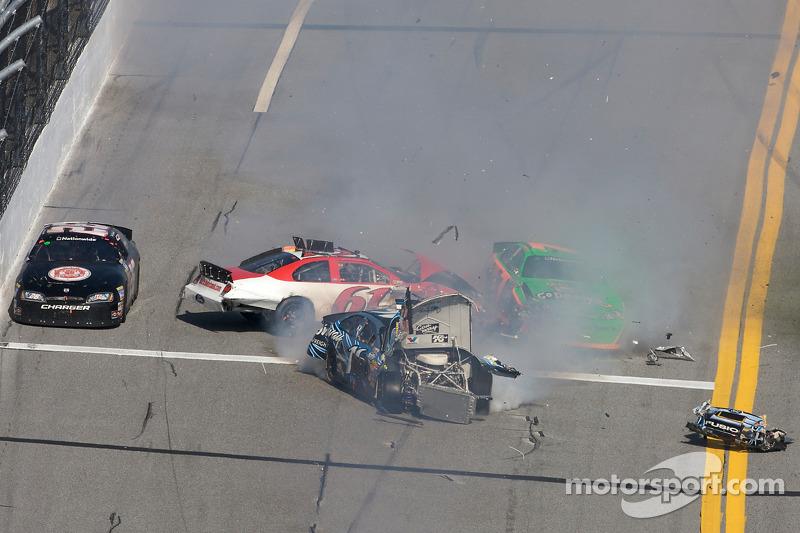 Colin Braun, Josh Wise, Danica Patrick en Brian Keselowski crash
