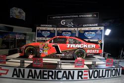 Ontbijten met de kampioen: de 2010 Daytona 500 winnende Earnhardt Ganassi Racing Chevrolet van Jamie McMurray in de Daytona 500 Experience gebouw waar deze de rest van het jaar zal staan