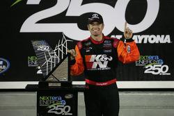 Victory lane: race winnaar Timothy Peters