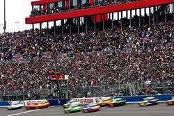 Start: Jamie McMurray, Earnhardt Ganassi Racing Chevrolet and Juan Pablo Montoya, Earnhardt Ganassi Racing Chevrolet lead the field