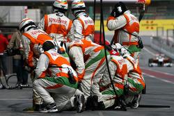Force India F1 Team mechanics wait Force India F1 Team Vitantonio Liuzzi, Force India F1 Team