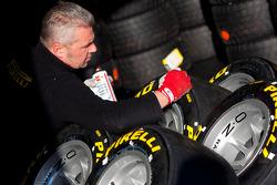 Een benentechneut van Pirelli aan het werk