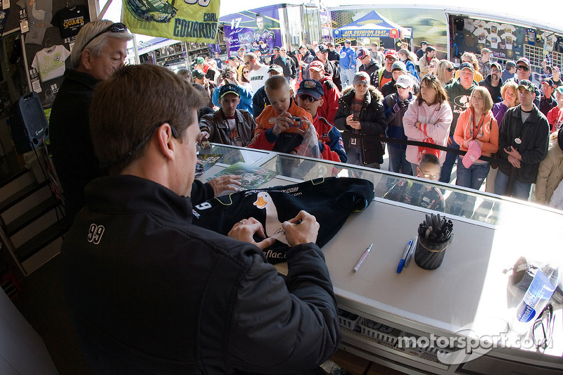 Carl Edwards, Roush Fenway Racing Ford deelt handtekeningen uit