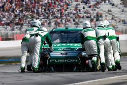 Carl Edwards, Roush Fenway Racing Ford poussé dans son garage après un accident dans les premiers tours