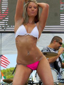 The bikini contest in the party zone: Une charmante contestant