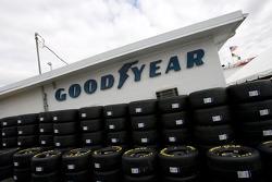Les pneus Goodyear rangés dans le garage