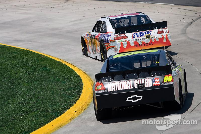 Kyle Busch, Joe Gibbs Racing Toyota, Dale Earnhardt Jr., Hendrick Motorsports Chevrolet