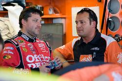 Tony Stewart, Stewart-Haas Racing Chevrolet talks with former crew chief Greg Zipadelli