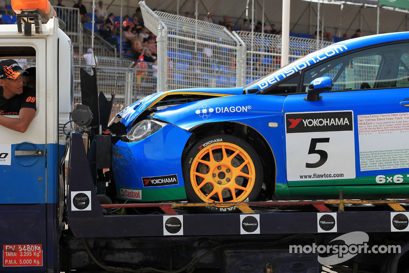 Gecrashte auto van Norbert Michelisz, Zengö-Dension Team, Seat Leon 2.0 TDI