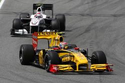 Vitaly Petrov, Renault F1 Team leads Kamui Kobayashi, BMW Sauber F1 Team
