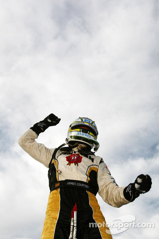 Race winnaar James Courtney