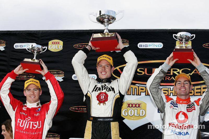 Podium: Lee Holdsworth, #33 Garry Rogers Motorsport 3de, James Courtney, #18 Jim Beam Racing 1ste en