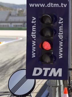 DTM lichtenpaneel bij uitgang pitstraat