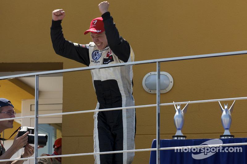 Podium: race winnaar Kevin Magnussen, Motopark Academy Dallara F308 Volkswagen