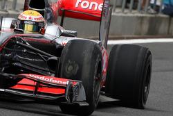 Na hevig remmen, Lewis Hamilton, McLaren Mercedes ondervindt problemen aan de benen