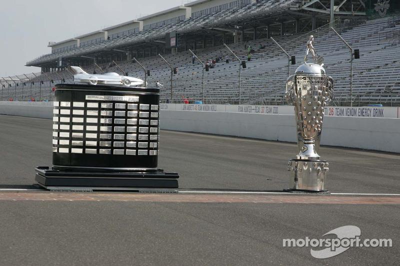 De Harley J. Earl Trophy en de Borg-Warner Trophy sop de beroemde Yard of Bricks van de Indianapolis Motor Speedway