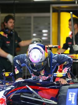 Sebastian Vettel, Red Bull Racing rentre dans sa voiture