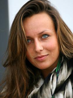Jeune femme invitée de Mercedes GP