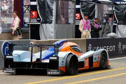 #007 Aston Martin Racing Lola Aston Martin: Harold Primat, Stefan Mücke, Adrian Fernenez in de pitstraat met een kapotte ben