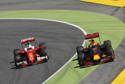 Daniel Ricciardo, Red Bull Racing RB12 and Sebastian Vettel, Ferrari SF16-H battle for position