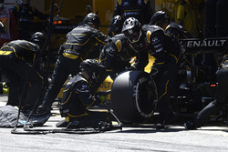 Kevin Magnussen, Renault Sport F1 Team RS16 makes a pit stop