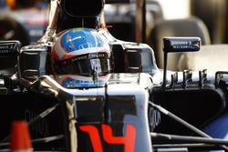 Fernando Alonso, McLaren MP4-31 en el pit lane