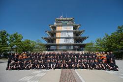 """Персонал INDYCAR біля смужки старого цегляного покриття """"Yard of Bricks"""" на фоні Pagoda Plaza"""
