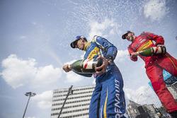 Racewinnaar Sébastien Buemi, Renault e.Dams en tweede plaats Daniel Abt spuiten champagne op het podium