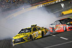 Crash: Matt Kenseth, Joe Gibbs Racing Toyota, und Tony Stewart, Stewart-Haas Racing Chevrolet