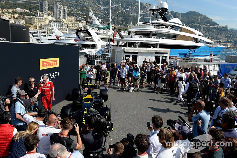 Gene Haas, Presidente Haas Automotion e Maurizio Arrivabene, Team Principal Ferrari alla presentazione dell'auto Pirelli