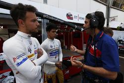 Джакомо Риччи говорит с Фило Пазом Армандом, Trident и Лукой Гьотто, Trident перед гонкой