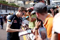 Даниил Квят, Scuderia Toro Rosso раздает автографы фанатам