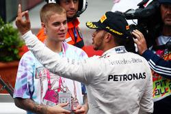 Justin Bieber, Singer con el ganador de la carrerar Lewis Hamilton, Mercedes AMG F1 en parc ferme