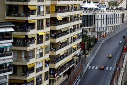 Valtteri Bottas, Williams FW38, voor Kevin Magnussen, Renault RS16, en Max Verstappen, Red Bull Racing RB12