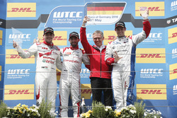 Podium Race 1: tweede plaats Norbert Michelisz, Honda Racing Team JAS, Honda Civic WTCC; Winnaar José María López, Citroën World Touring Car Team, Citroën C-Elysée WTCC; Carlos Tavares Chef  PSA Peugeot Citroen Group; derde plaats Tom Chilton, Sébastien Lo