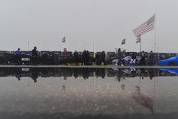 Le auto allineate sotto la pioggia e la nebbia per l'ispezione tecnica
