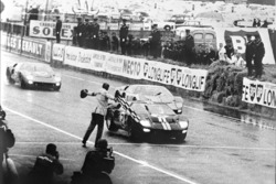 Ford's first win di 24 Hours of Le Mans, 1966: winning Ford GT-40 Mark II driven by Bruce McLaren dan Chris Amon