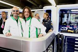 Gianluca Di Tondo, Senior Director Global Heineken Brand en Heineken ambassadeur Carles Puyol in de garage van Red Bull Racing