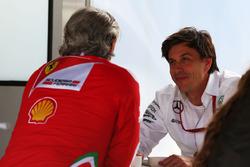 (Зліва направо): Мауріціо Аррівабене, голова Ferrari Team з Тото Вольффом, акціонером та виконавчим директором Mercedes AMG F1