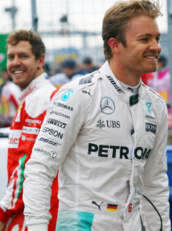Nico Rosberg, Mercedes AMG F1 e Sebastian Vettel, Ferrari nel parco chiuso